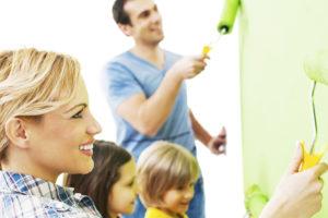 Famille en train de rénover leur maison